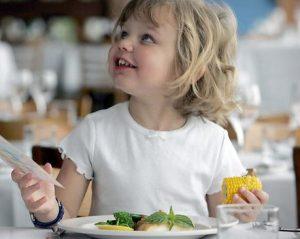 446096 dining out with kids 300x239 - Правила этикета для детей в любых жизненных ситуациях