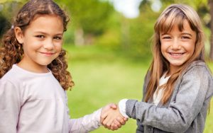 pravila privetstviya dlya detey 300x188 - Правила этикета для детей в любых жизненных ситуациях